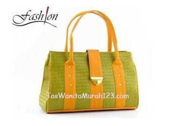 tas bahu atau tas webe kotak dengan klip pengunci berwarna hijau lumut ...